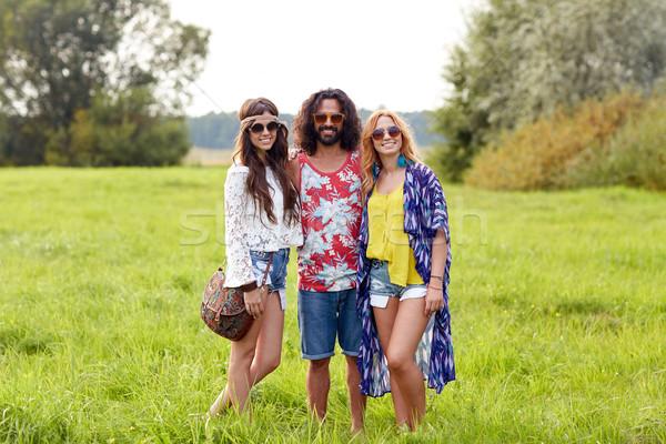 Foto stock: Sorridente · jovem · hippie · amigos · verde · campo