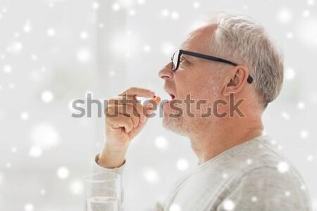 Idős nő okostelefon fülhallgató technológia kor Stock fotó © dolgachov