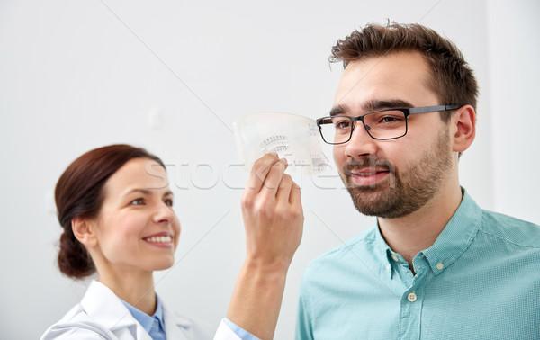 Optometrista governante paciente olho clínica Foto stock © dolgachov