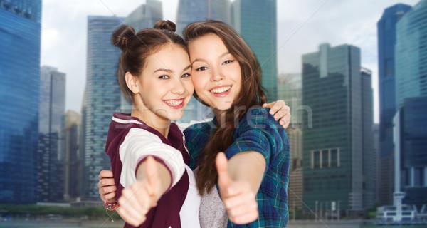 Gelukkig glimlachend tienermeisjes tonen mensen Stockfoto © dolgachov