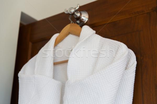 Közelkép fehér fából készült vállfa fürdőkád ruházat Stock fotó © dolgachov