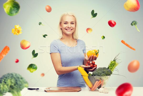 Lächelnd Kochen Gemüse home gesunde Ernährung Stock foto © dolgachov