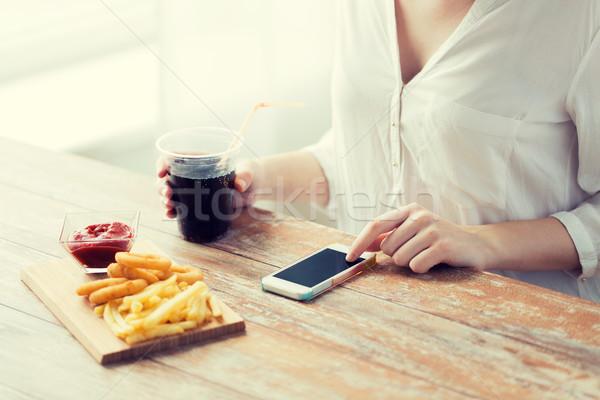 Stock fotó: Közelkép · nő · okostelefon · gyorsételek · emberek · technológia