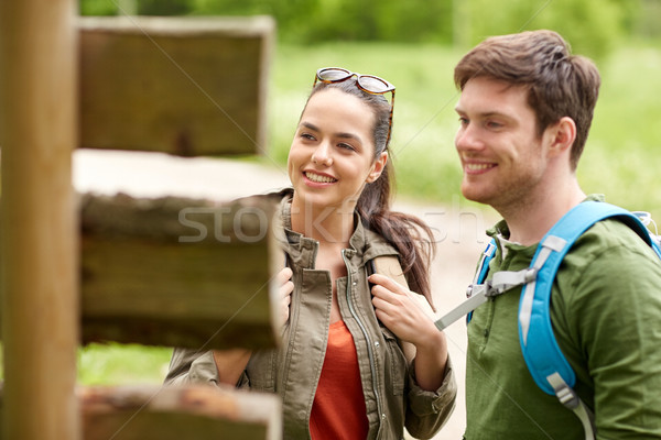 Sorridere Coppia cartello escursioni avventura viaggio Foto d'archivio © dolgachov