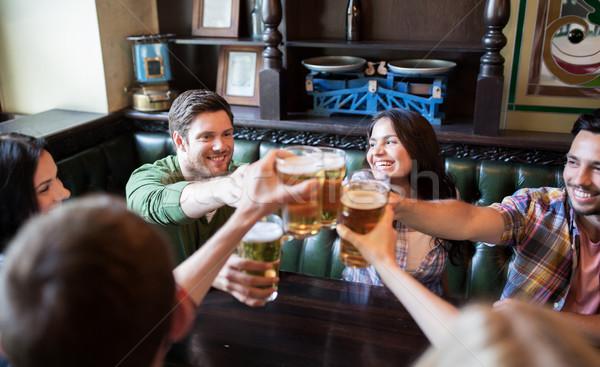 Mutlu arkadaşlar içme bira bar birahane Stok fotoğraf © dolgachov