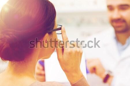 Donna occhiali ottica store Foto d'archivio © dolgachov