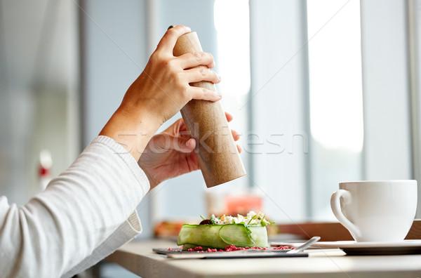 Vrouw zout shaker salade restaurant eten culinair Stockfoto © dolgachov