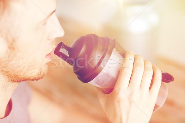 Uomo bere proteine shake sport Foto d'archivio © dolgachov