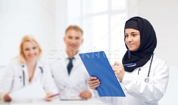 Moslim vrouwelijke arts hijab geneeskunde Stockfoto © dolgachov