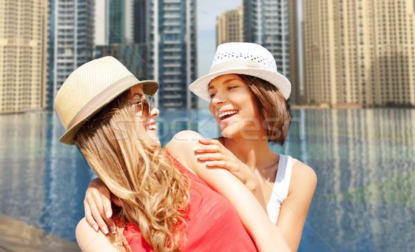 Gelukkig jonge vrouwen hoeden zomer strand vakantie Stockfoto © dolgachov