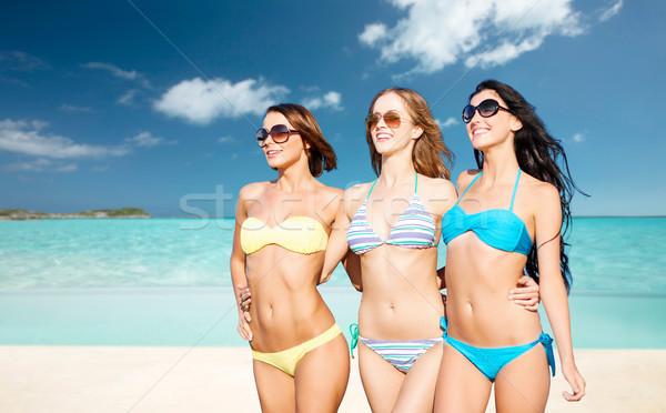 Boldog fiatal nők nyár tengerpart ünnepek utazás Stock fotó © dolgachov