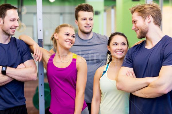 Grupo feliz amigos gimnasio fitness deporte Foto stock © dolgachov