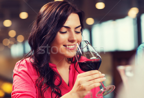 Femme souriante potable vin rouge restaurant loisirs boissons Photo stock © dolgachov