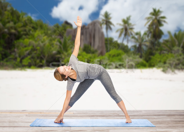 Mujer yoga triángulo plantean playa fitness Foto stock © dolgachov