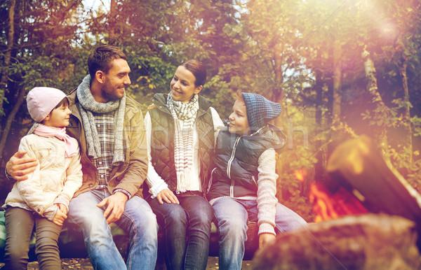 Stockfoto: Gelukkig · gezin · vergadering · bank · kamp · brand · reizen