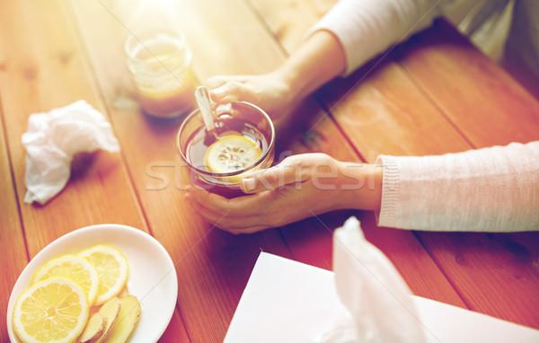 Enfermo mujer potable té limón jengibre Foto stock © dolgachov