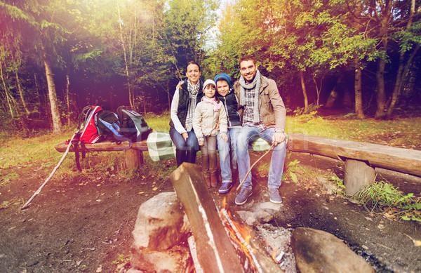 счастливая семья сидят скамейке лагерь огня кемпинга Сток-фото © dolgachov