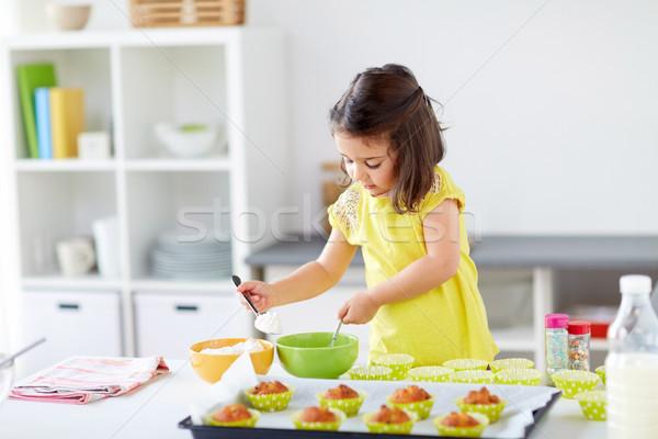 Dziewczynka domu rodziny gotowania Zdjęcia stock © dolgachov