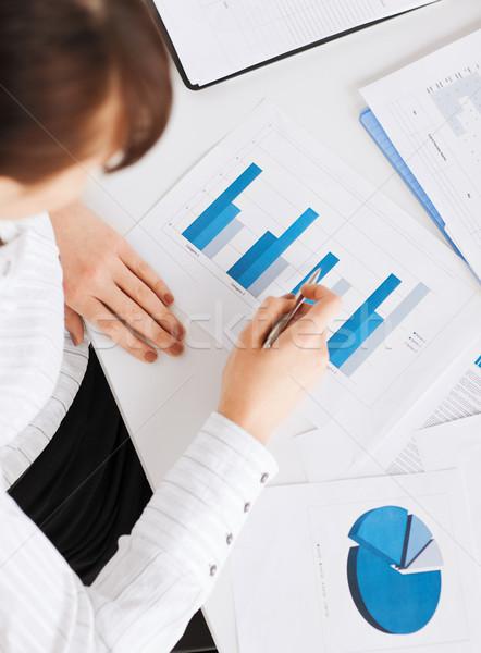 Donna mano classifiche giornali business ufficio Foto d'archivio © dolgachov