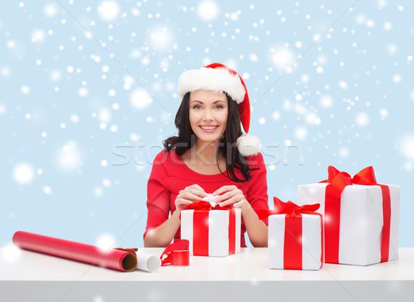 Nő mikulás segítő kalap sok ajándékdobozok Stock fotó © dolgachov