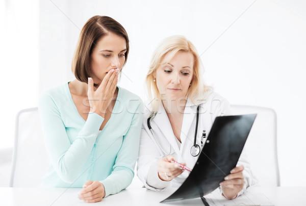 Сток-фото: врач · пациент · глядя · Xray · здравоохранения · медицинской