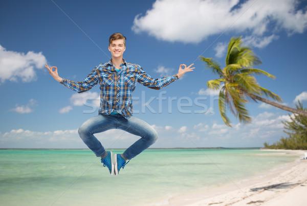 Souriant jeune homme sautant air vacances d'été Voyage Photo stock © dolgachov