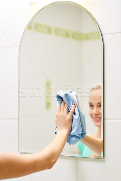 Szczęśliwy kobieta czyszczenia lustra szmata Zdjęcia stock © dolgachov