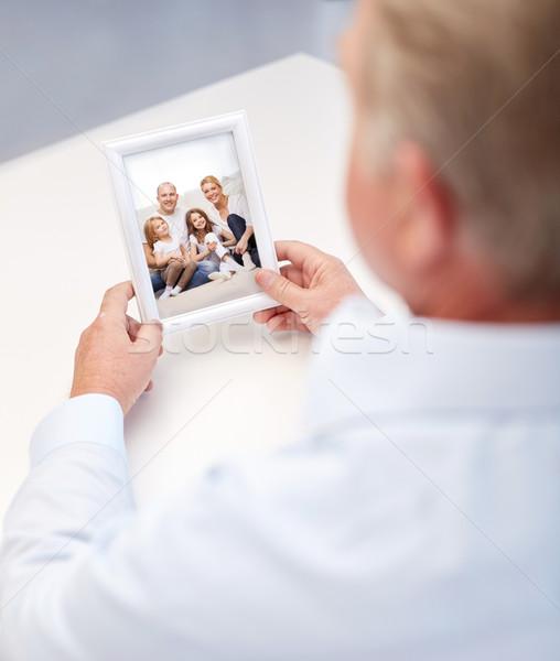 Vieillard famille heureuse photo souvenirs Photo stock © dolgachov