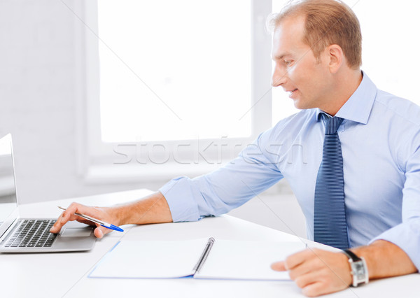 Glimlachend zakenman werken kantoor business school Stockfoto © dolgachov