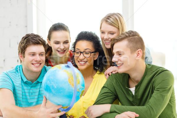 Beş gülen öğrenci bakıyor dünya okul Stok fotoğraf © dolgachov