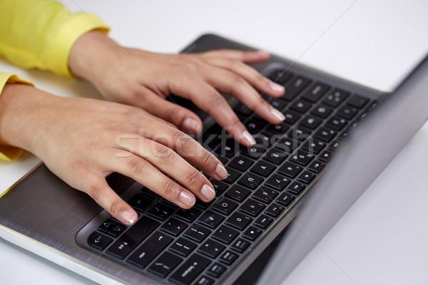 Kobiet ręce laptop wpisując działalności Zdjęcia stock © dolgachov