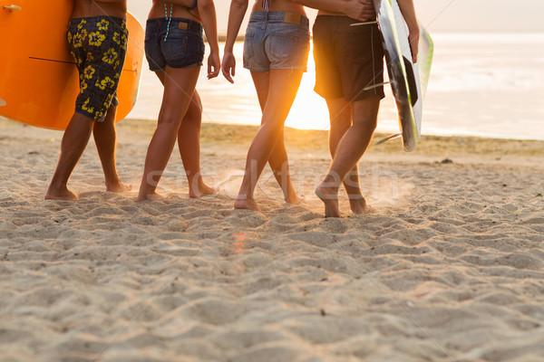 Közelkép barátok szörfdeszkák tengerpart barátság tenger Stock fotó © dolgachov