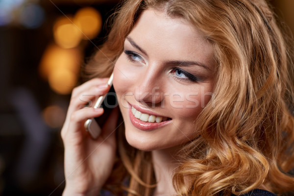 Młoda kobieta smartphone klub nocny bar ludzi nocnych Zdjęcia stock © dolgachov