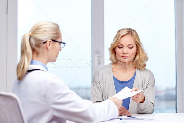 Medico prescrizione donna ospedale medicina Foto d'archivio © dolgachov