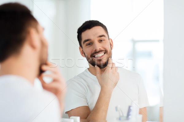 Foto stock: Feliz · moço · olhando · espelho · casa · banheiro