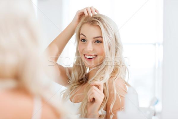 Felice guardando specchio bagno bellezza Foto d'archivio © dolgachov