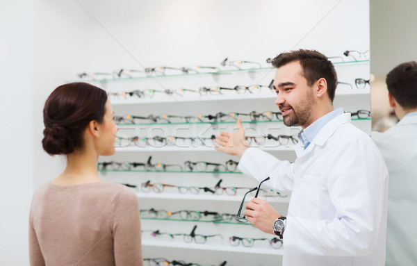 Kadın gözlükçü gözlük optik depolamak Stok fotoğraf © dolgachov