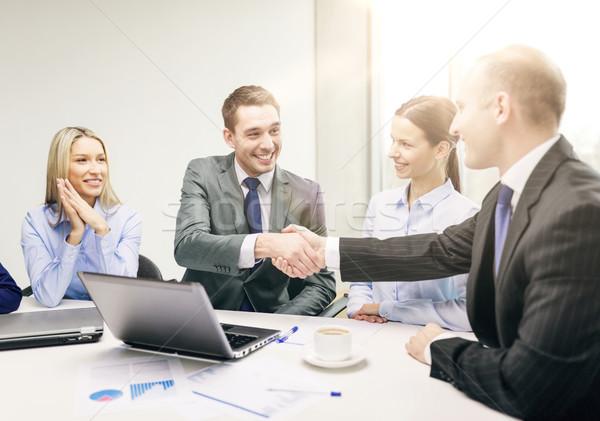 Stockfoto: Twee · zakenman · handen · schudden · kantoor · business · technologie