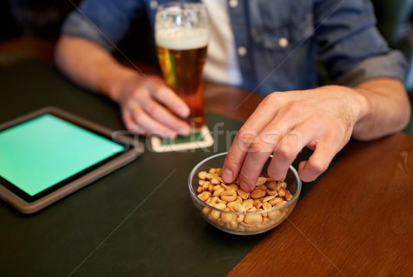 Man bier pinda's bar pub Stockfoto © dolgachov