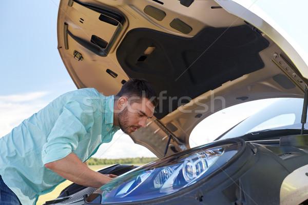 Man Open kapotte auto platteland weg reis Stockfoto © dolgachov