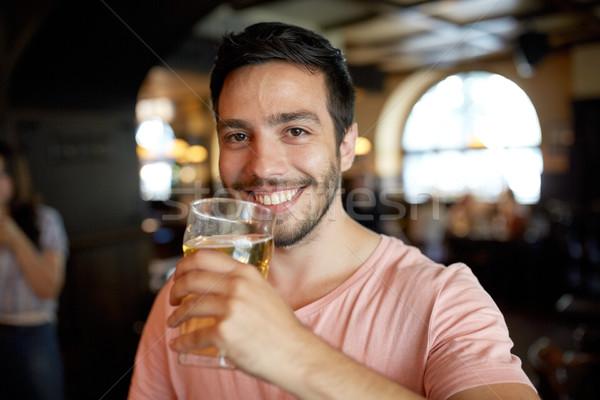 Szczęśliwy człowiek pitnej piwa bar Zdjęcia stock © dolgachov