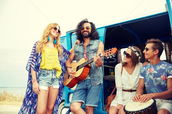 счастливым хиппи друзей играет музыку Сток-фото © dolgachov