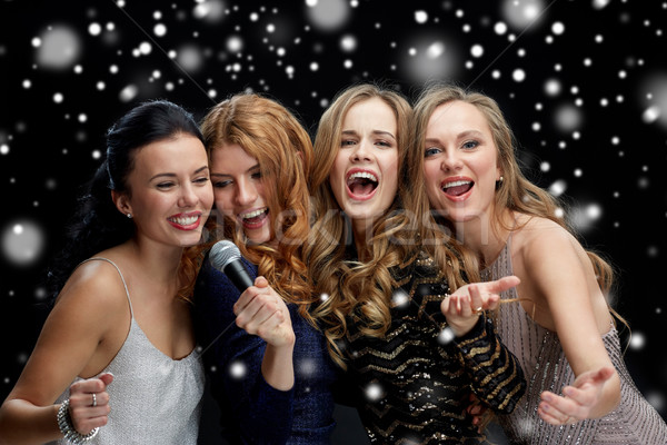 Feliz mulheres jovens microfone cantando karaoke férias Foto stock © dolgachov
