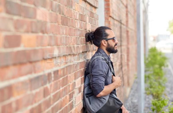 Férfi hátizsák áll figyelmeztetés fal utazás Stock fotó © dolgachov