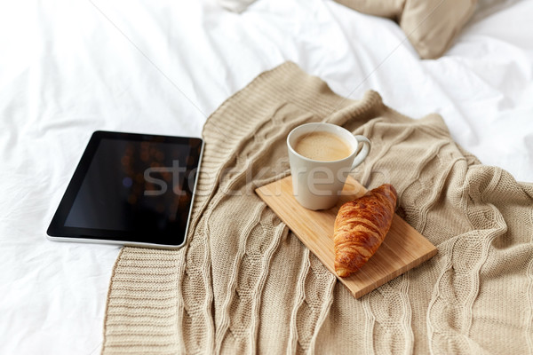 Koffie croissant bed home technologie Stockfoto © dolgachov