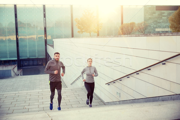 Gelukkig paar lopen naar boven stad trap Stockfoto © dolgachov