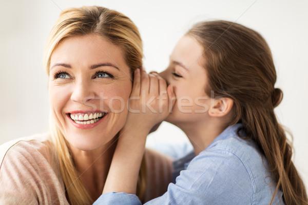 Fille heureuse chuchotement secret mère personnes confiance Photo stock © dolgachov