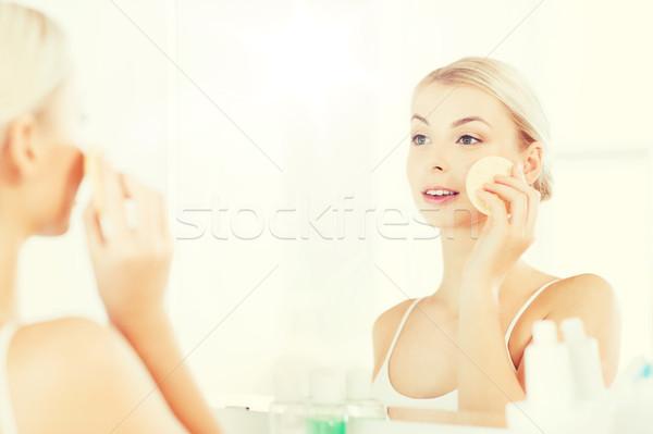 Genç kadın yıkama yüz sünger banyo güzellik Stok fotoğraf © dolgachov