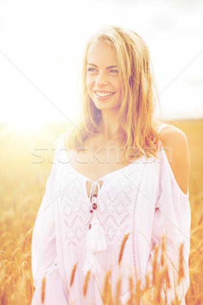 Glimlachend jonge vrouw witte jurk granen veld land Stockfoto © dolgachov