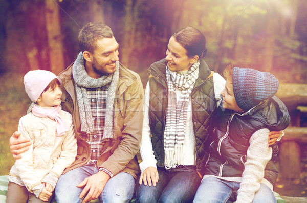 Gelukkig gezin vergadering bank praten kamp reizen Stockfoto © dolgachov